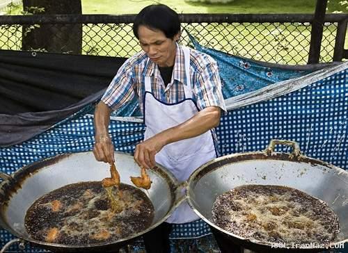 آشپزی که انگشتانش را با غذا سرخ می کند! +عکس