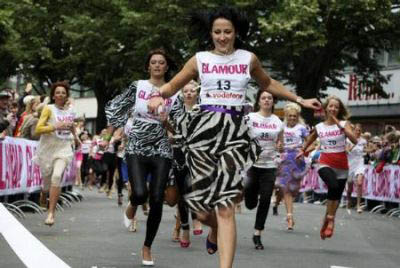 عکس های دیدنی مسابقه زنان باکفشهای پاشنه بلند