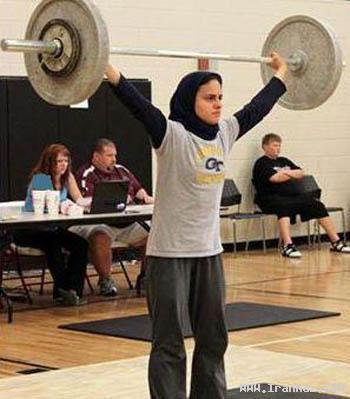 دختر محجبه در رقابت های وزنه برداری آمریکا! +عکس