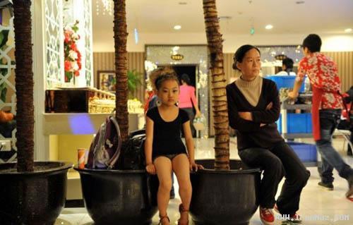 رقاصی دختر معصوم برای کمک به خانواده اش+عکس