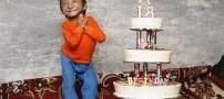 پسر 18 ساله با قدی کوتاه تر از کیک تولدش +عکس