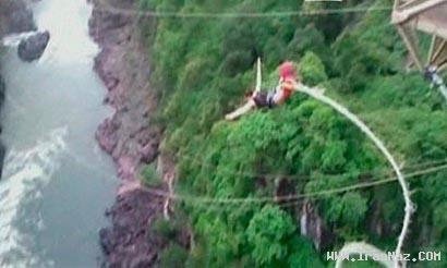 سقوط دردناک دختر جوانی از ارتفاع 111 متری +عکس