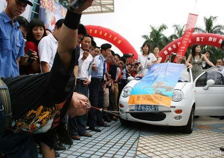مردی که با بینی خود ماشینها را جابجا میکند +عکس