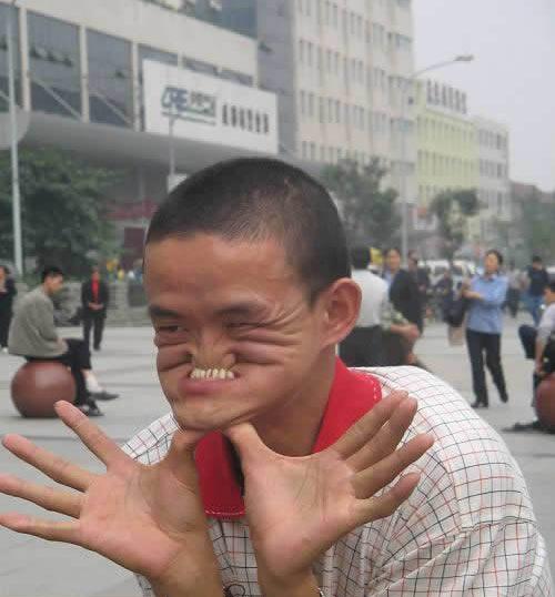 عکس های دیدنی مردی که بینی اش را گاز می گیرد!