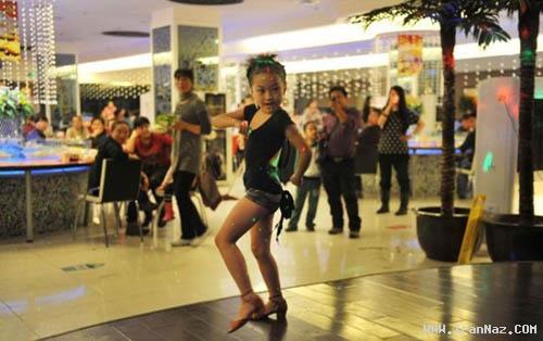رقاصی دختر معصوم در رستوران ها از سر فقر+تصاویر