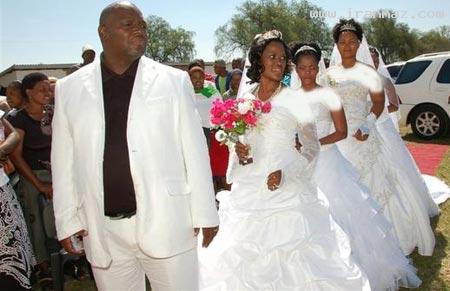 ازدواج بسیار جالب و همزمان مردی با 4 دختر! +عکس