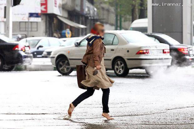 دردسر دختر تهرانی با کفش پاشنه بلند خود زیر باران!!