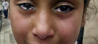 این دختر خانم جای اشک دستمال کاغذی گریه میکند!
