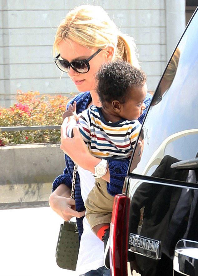 زن جذاب و به فرزندگرفتن پسری سیاه پوست + عکس
