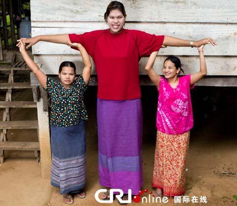 عکس هایی از بلند قد ترین دختر جهان با 19 سال سن
