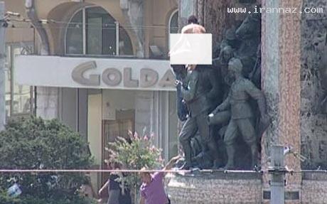 عریان شدن یک ایرانی کنار مجسمه آتاتورک! +تصاویر
