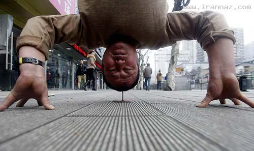 ایستادن و حفظ تعادل با سر روی 1 عدد میخ! +عکس
