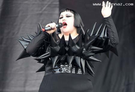 عکس های یک خواننده زن با خنده دارترین لباس دنیا!