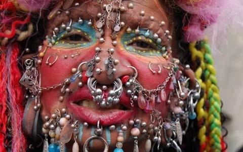 زنی بسیار عجیب با بیشترین سوراخ در بدنش +تصاویر