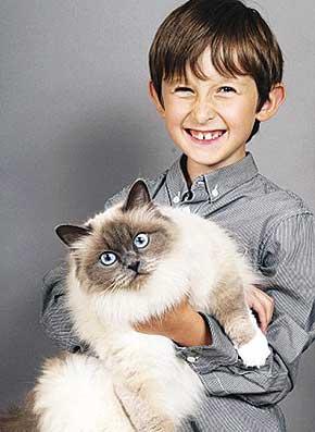 این گربه بامزه توانست یک پسربچه لال را درمان کند!! + عکس