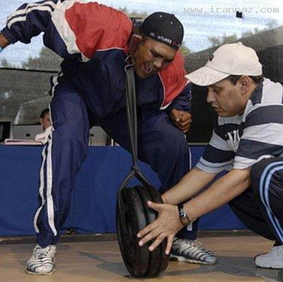 جابجا کردن یک وزنه 62 کیلوگرمی با یک گوش (عکس)