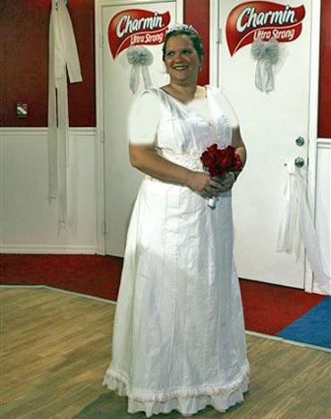 عکس های مراسم عروسی یك زوج در توالت عمومی