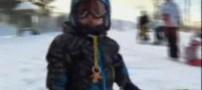 اسکیت بازی عجیب کودکی 18 ماهه و پستانک به دهان