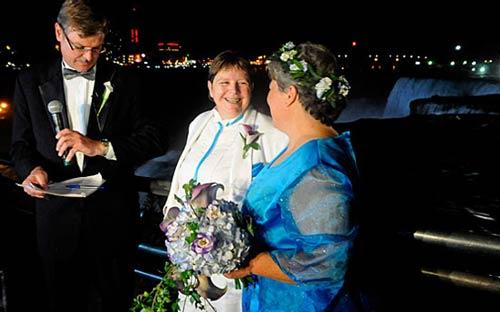 ازدواج احمقانه و باورنکردنی همجنس بازها! (تصویری)