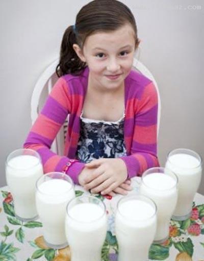 این دختر اگر در هر روز سه لیتر شیر نخورد، خواهد مرد