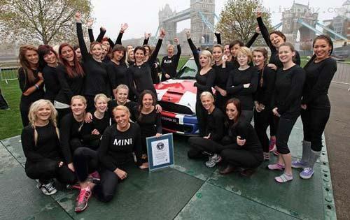 رکورد جالب 28 خانم با یک ماشین مینی کوپر (تصاویر)