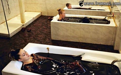 عکس بسیار دیدنی از حمام کردن خانم ها در وان نفت