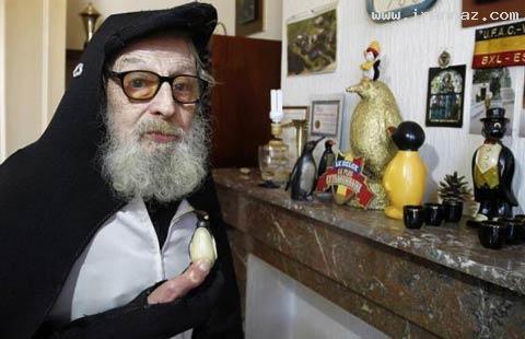این مرد 40 سال است مانند پنگوئن ها زندگی میکند!