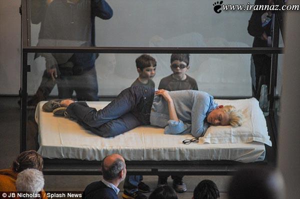 بازیگر زن با خوابیدن جلو مردم خود را به نمایش گذاشت