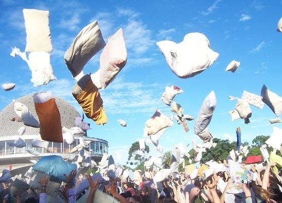 عکس هایی از جشن روز مبارزه با بالش