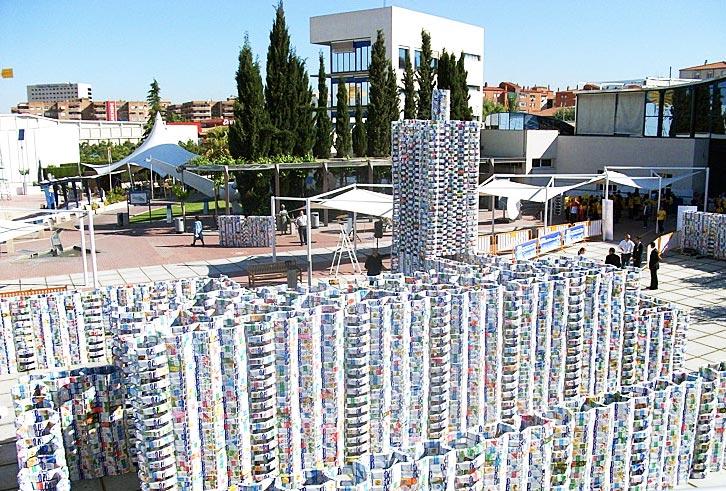 قلعه ای ساخته شده از پنجاه هزار پاکت شیر