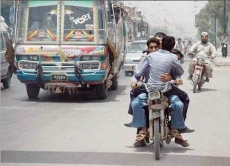 تصویرموتور سواری به سبک پاکستانی ها!!