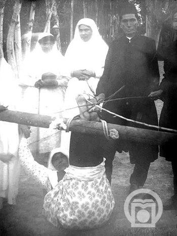 فلک کردن خدمتکار زن در دوران قاجار!