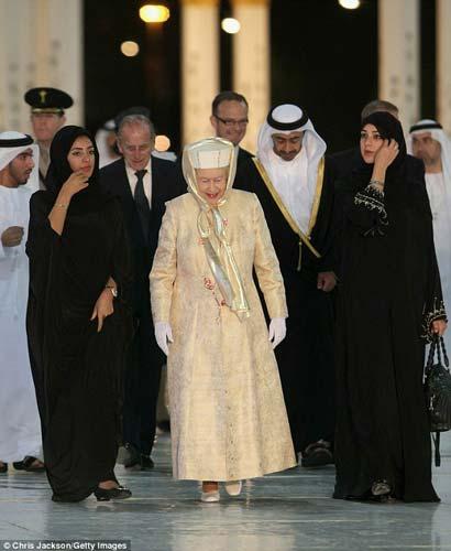 عکسهای محجبه شدن ملکه انگلیس در امارات