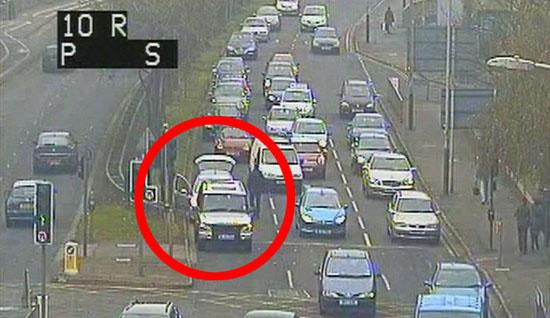 زایمان یک زن پشت چراغ قرمز داخل اتومبیلش