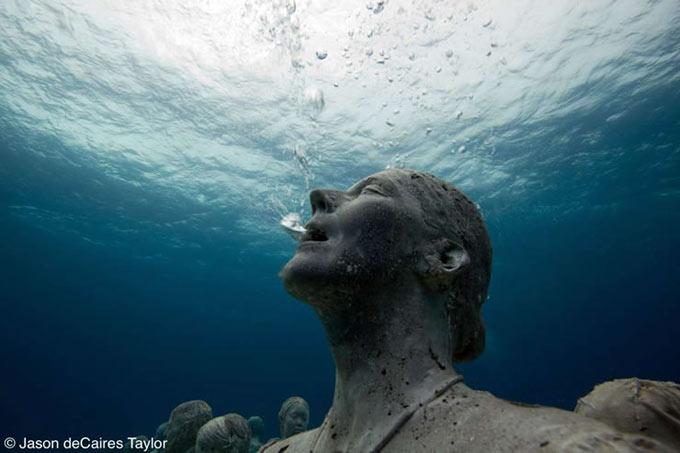 عکس هایی از برپایی موزه ای در زیر دریا