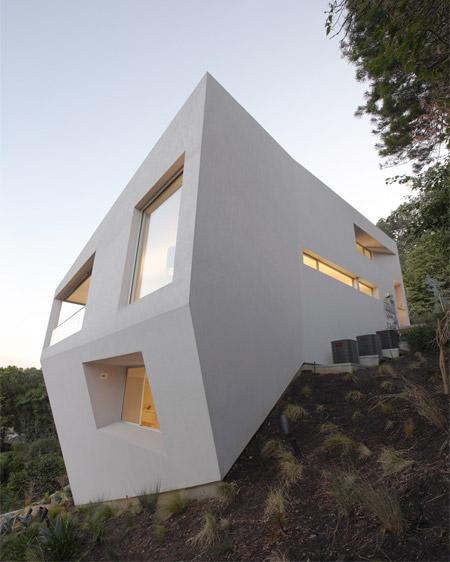 خانه ای عجیب ساخته شده در دامنه کوه