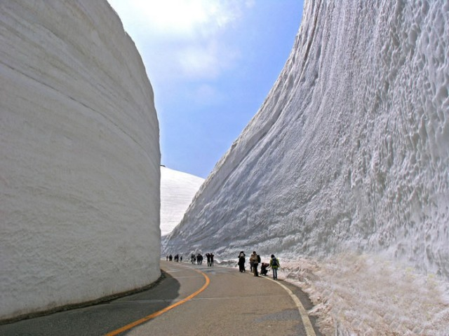عکس های جالب از جاده ای در عمق 20 متری برف!