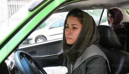 زن تاکسیرانی که خجالت میکشد کرایه بگیرد!!