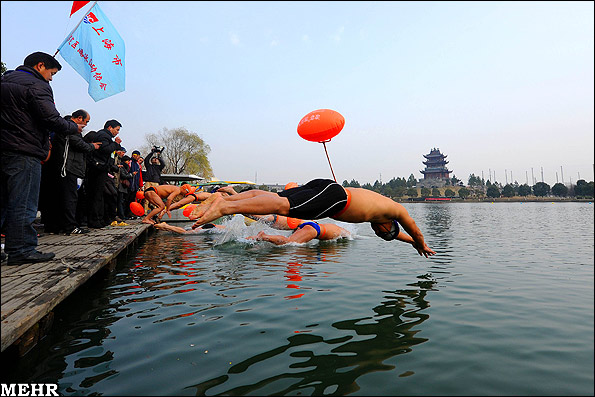 شنا در فصل سرد زمستان (تصویری)